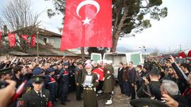 Şehit yakınları CHP çelengini istemedi, parçaladı