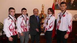 Dünya şampiyonu kick boksçudan, Gümrükçüoğlu'na ziyaret