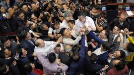 Parlamentoda kavga çıktı, milletvekilleri yaralandı