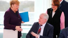 Koronavirüs korkusuyla Merkel'in elini sıkmadı