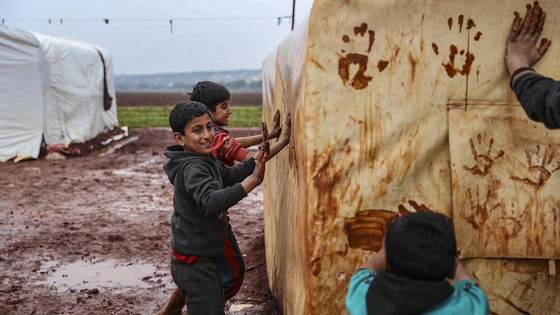 İdlib'deki bombardımandan kaçarak çamurlu çadırlarda kalan çocuklar - Sayfa 4