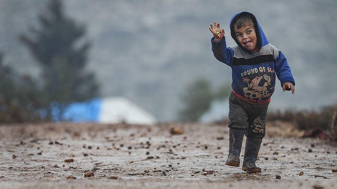 İdlib'deki bombardımandan kaçarak çamurlu çadırlarda kalan çocuklar - Sayfa 3