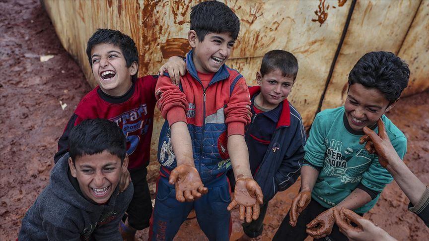 İdlib'deki bombardımandan kaçarak çamurlu çadırlarda kalan çocuklar - Sayfa 1