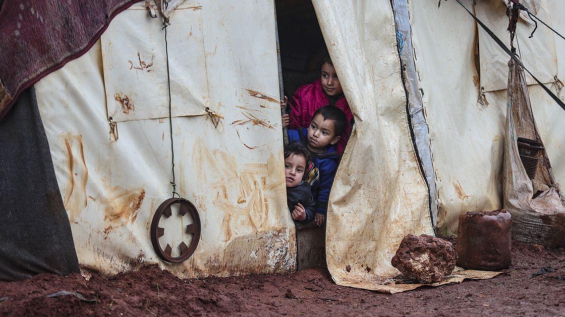 İdlib'deki bombardımandan kaçarak çamurlu çadırlarda kalan çocuklar - Sayfa 2