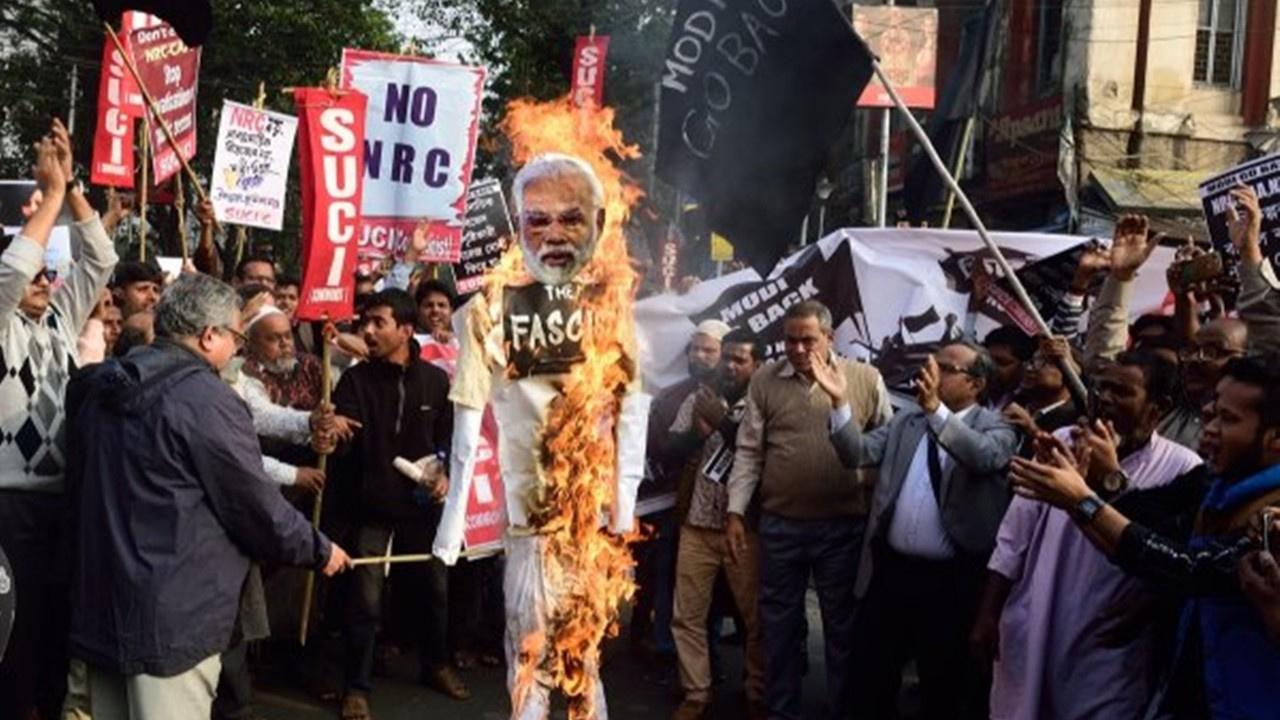 Hindistan'da Müslümanlar sokağa döküldü