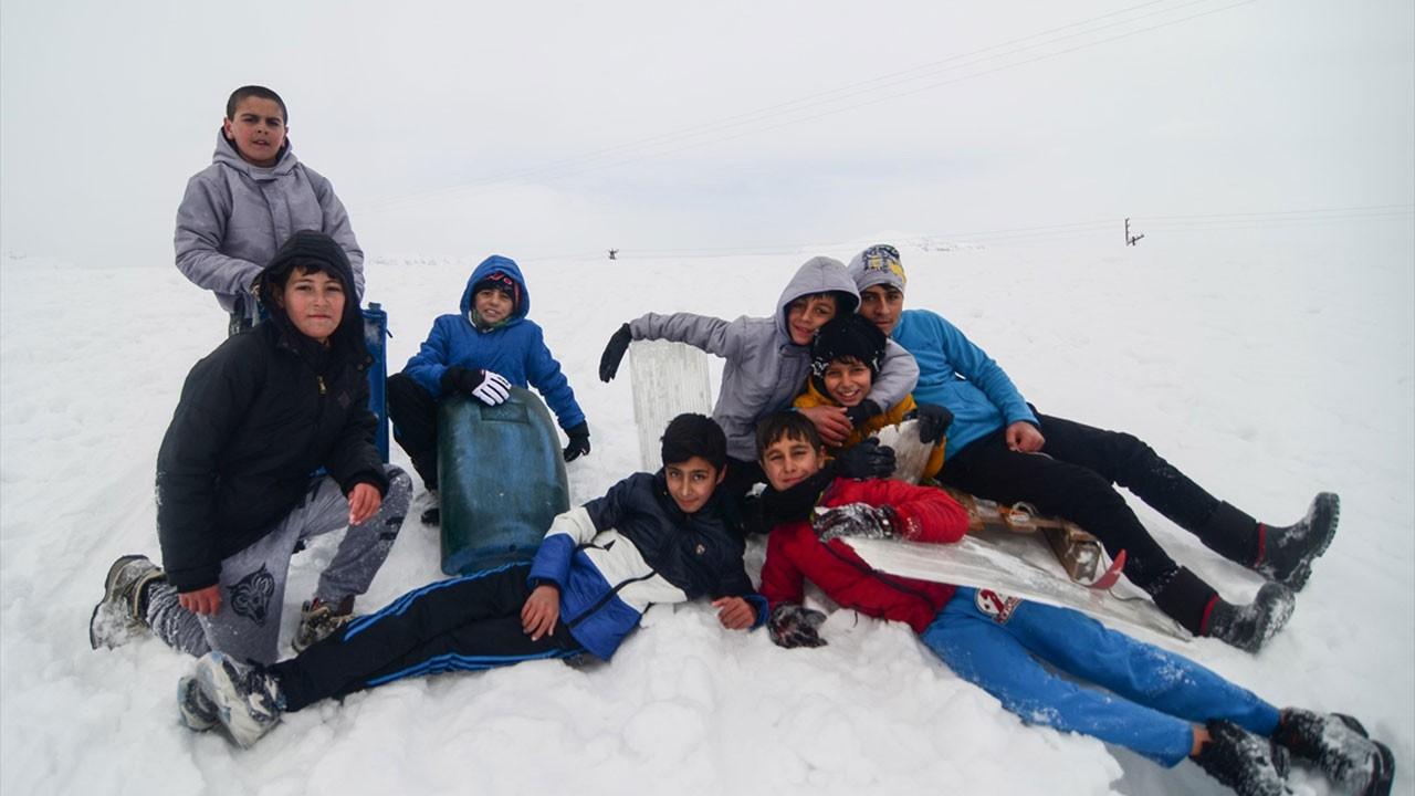 Tuncelili çocukların kızaklı kayak keyfi