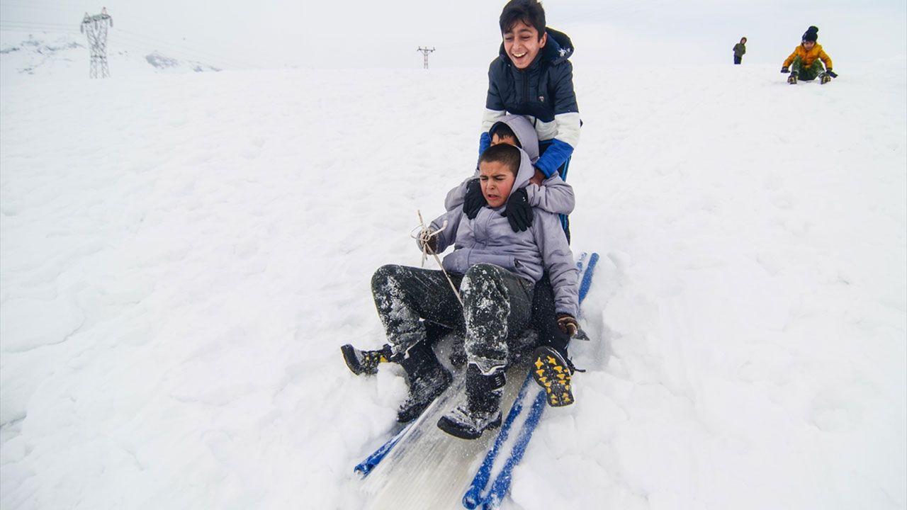 Tuncelili çocukların kızaklı kayak keyfi - Sayfa 1