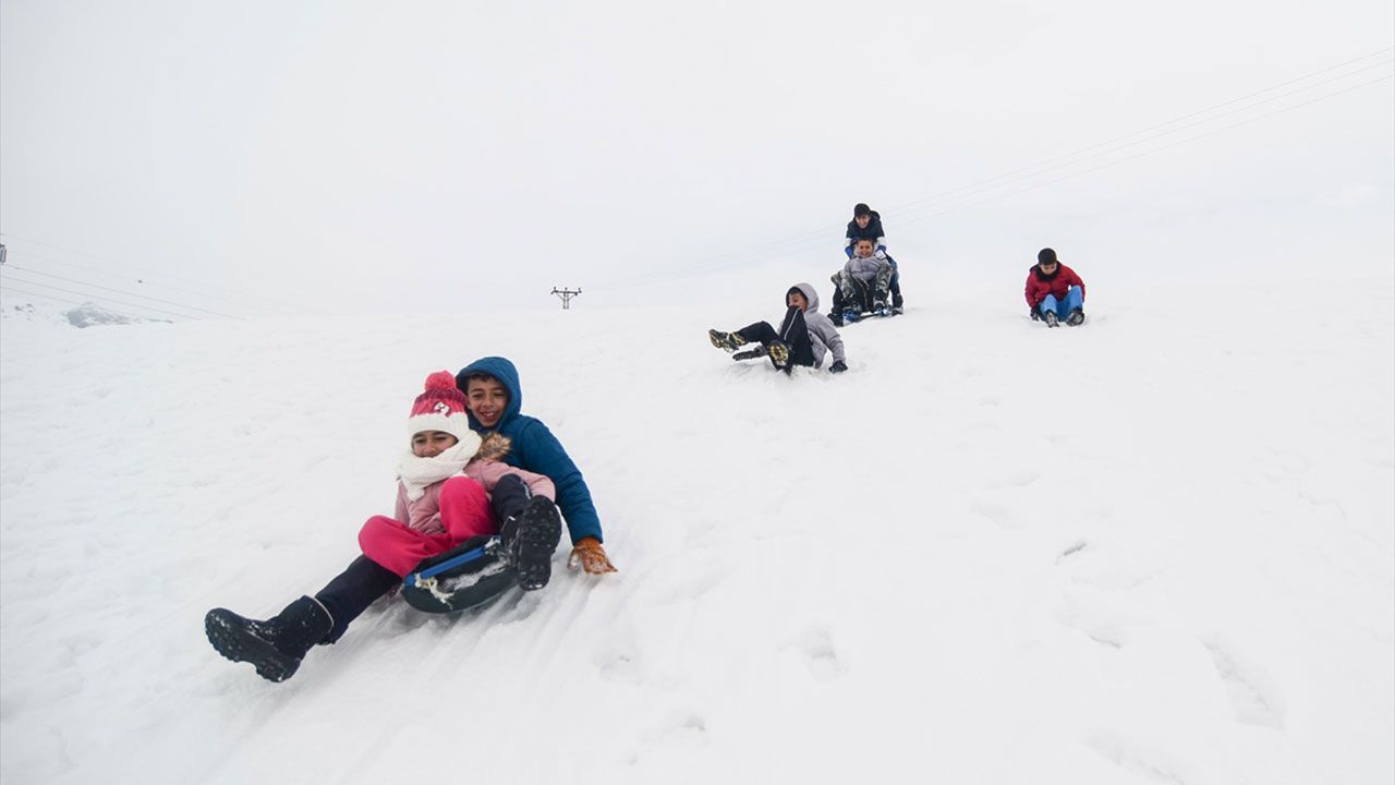 Tuncelili çocukların kızaklı kayak keyfi - Sayfa 2