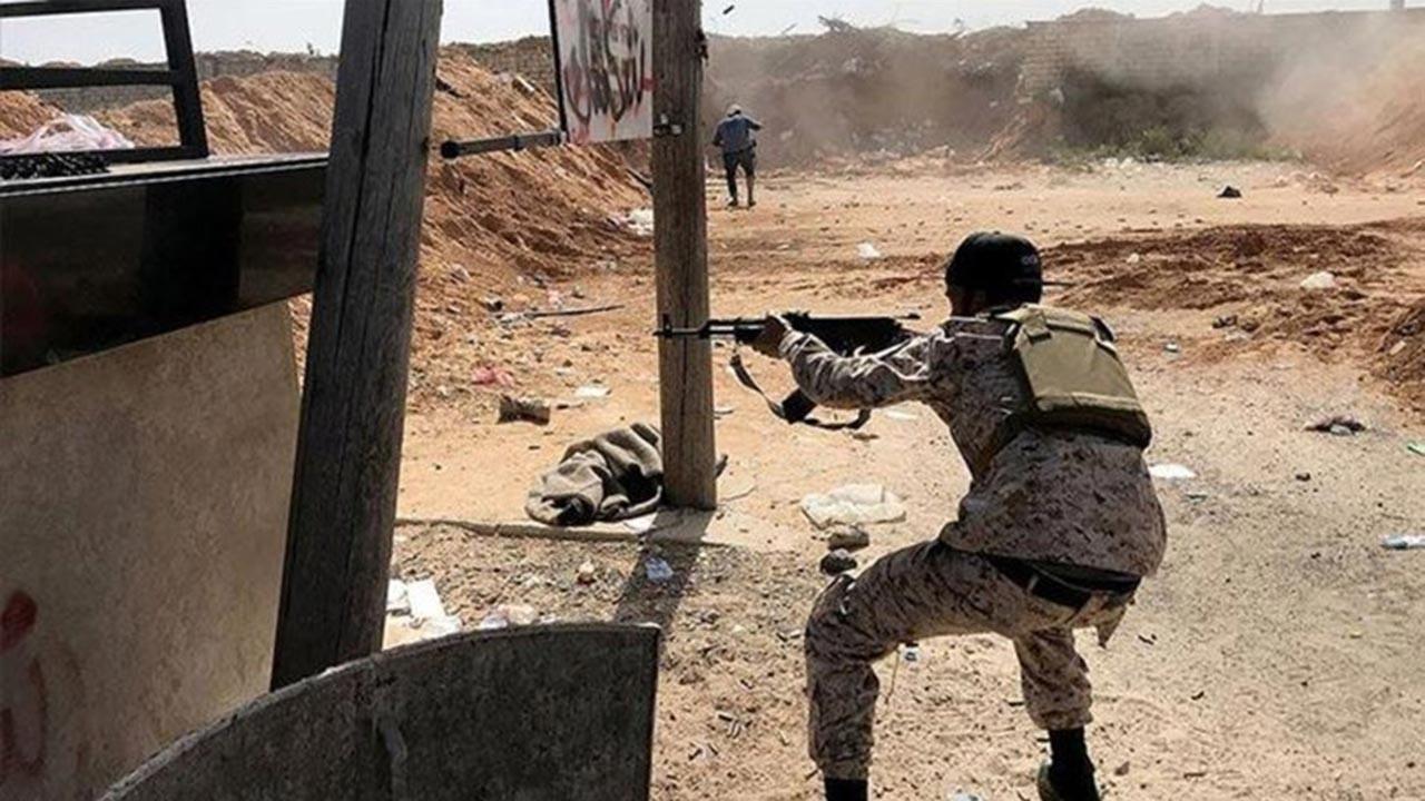 Hafter'e mühimmat taşıyan askeri uçak vuruldu