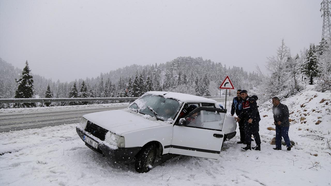 Konya-Antalya arasında araçlar yolda kaldı