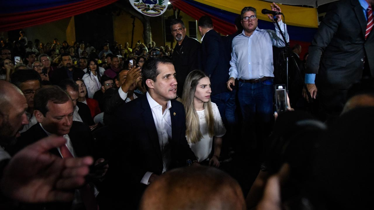Trump ile görüştükten sonra Venezuela'ya dönen Guaido 'vatan haini' sloganlarıyla karşılandı