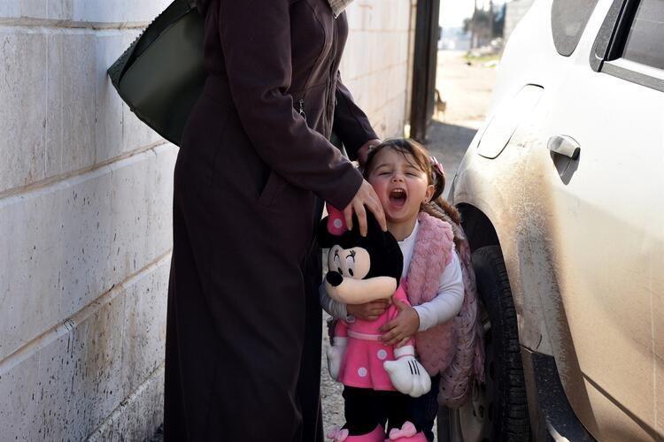 Hayat Güzeldir filmini hatırlatan minik İdlibli ailesiyle birlikte Türkiye'ye getirildi - Sayfa 1