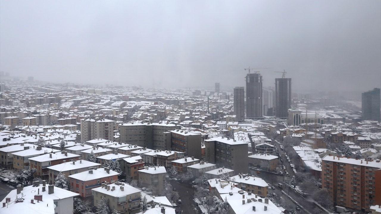 Ankara beyaz örtüyle güne uyandı
