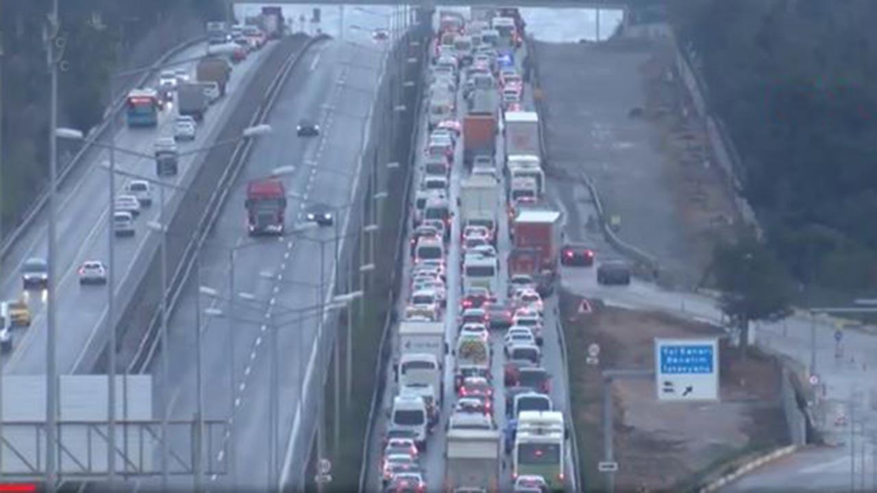 İstanbul'un giriş-çıkışlarında uzun araç kuyruğu