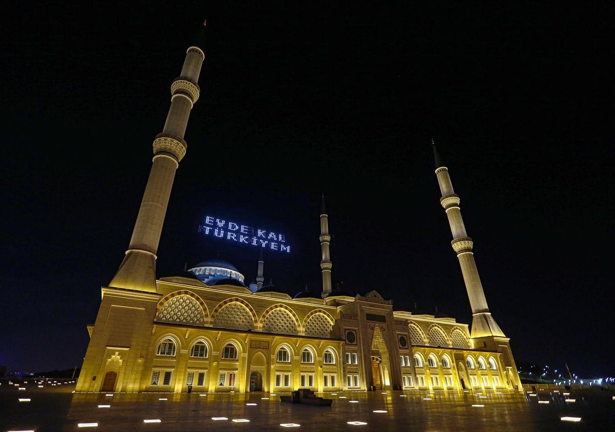 Mübarek gecede camilerde yürek burkan sessizlik! - Sayfa 1