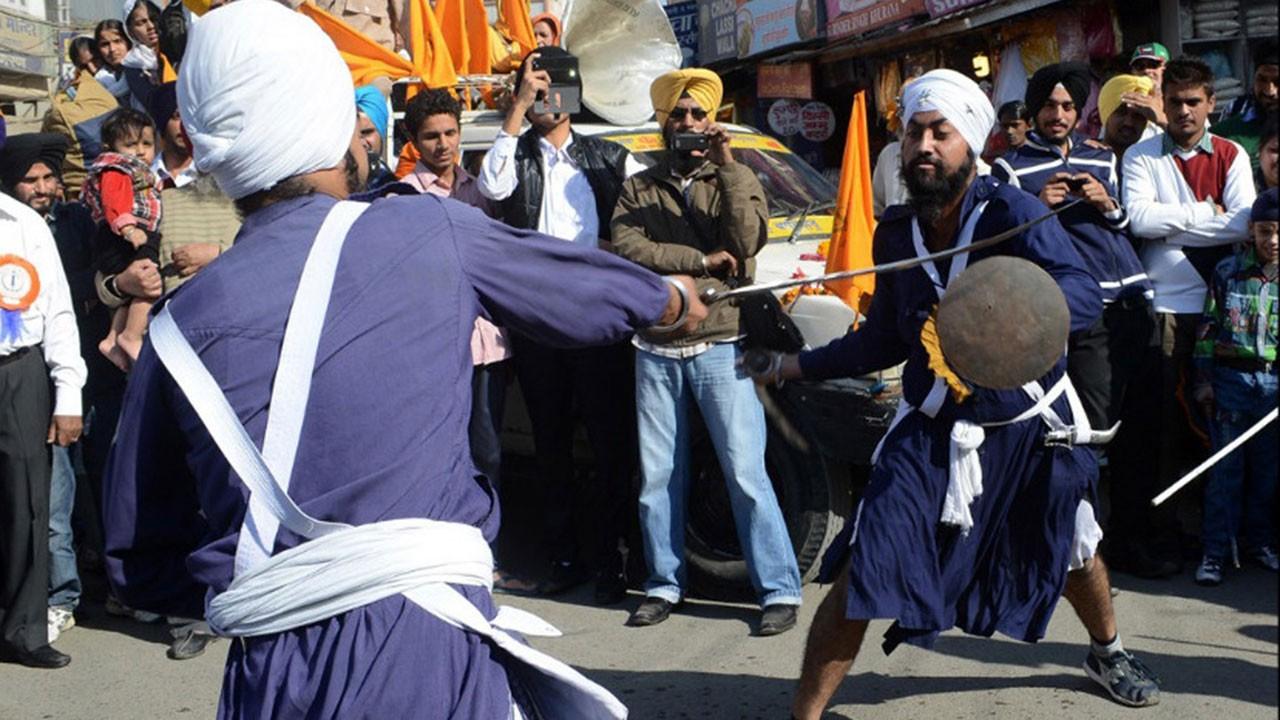 Nihang savaşçıları polise kılıçlarla saldırdı