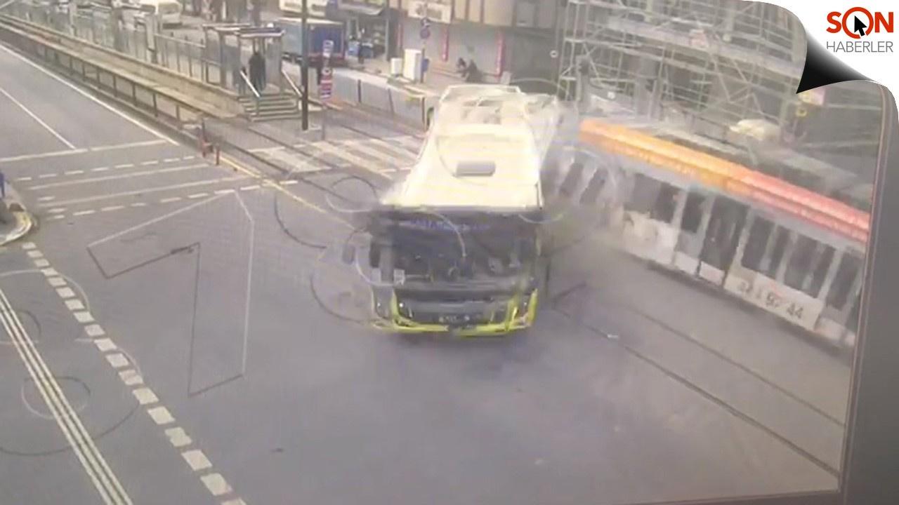 Tramvayın otobüsü biçtiği an kamerada