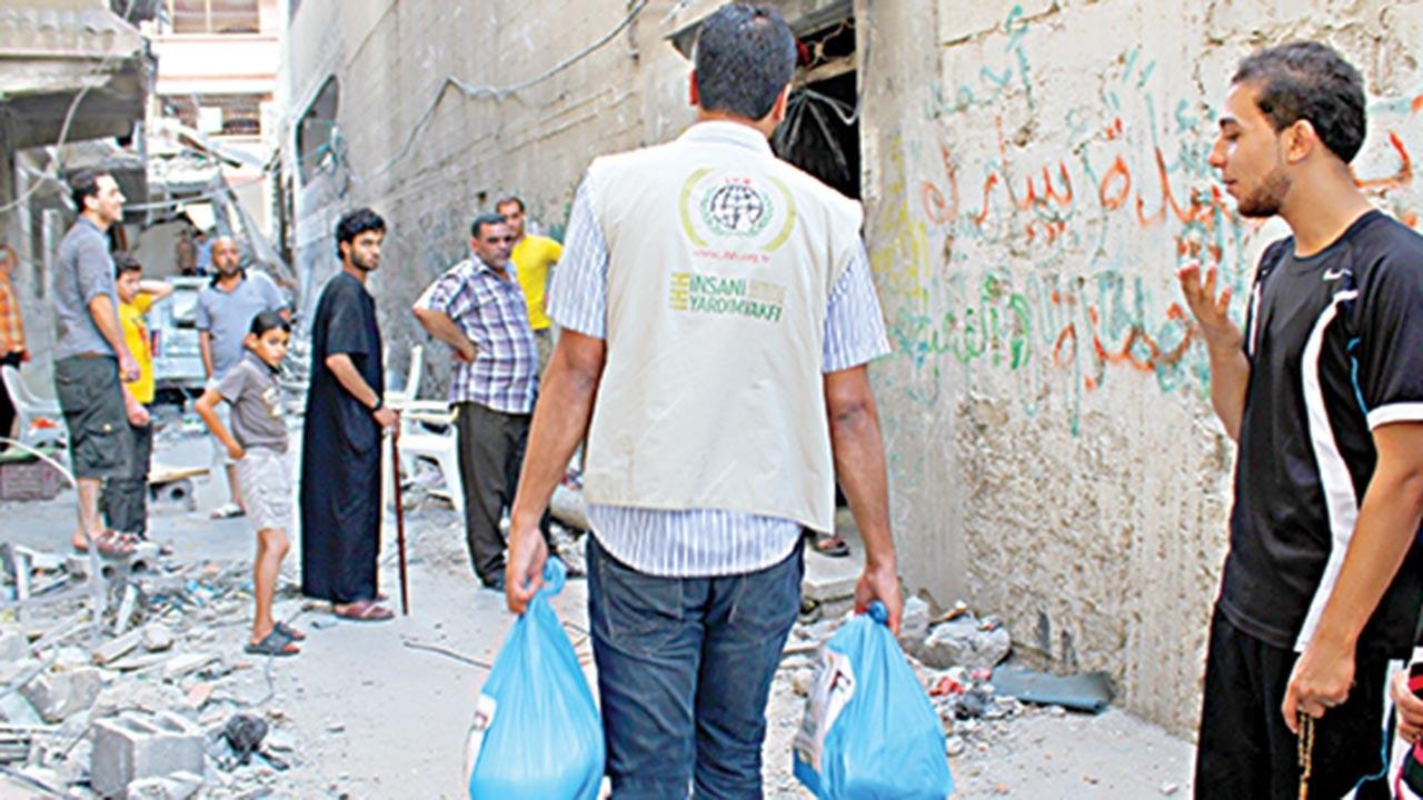İHH'dan Gazzeli yetimlere para yardımı