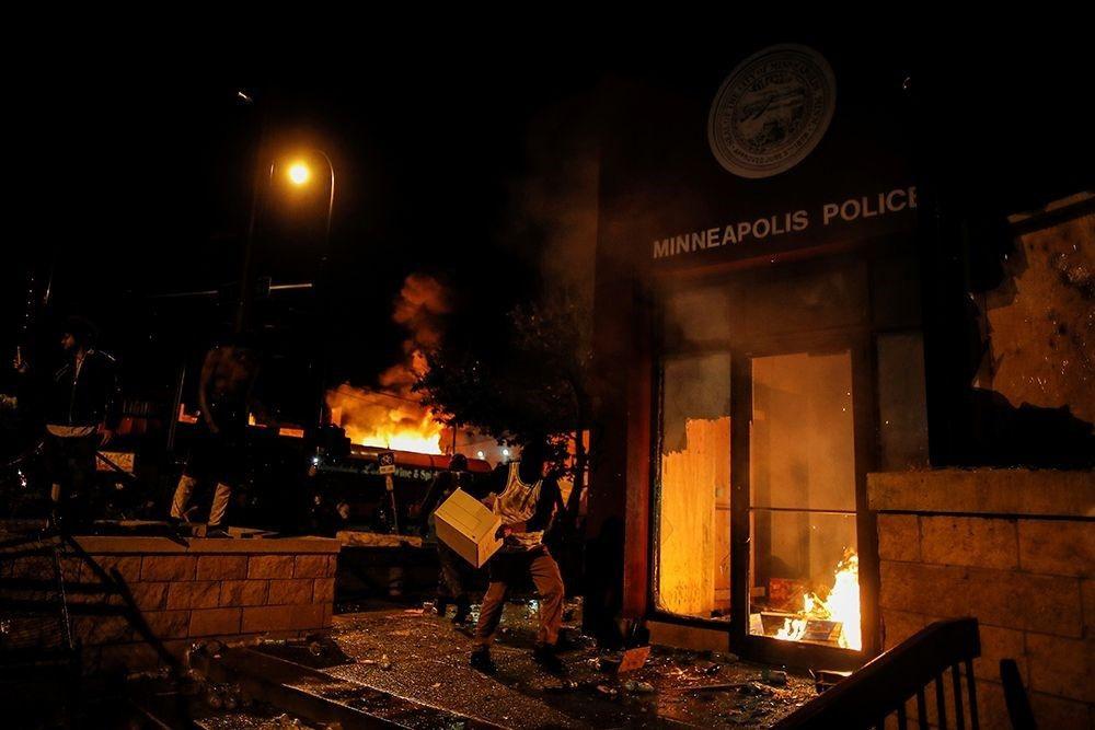 ABD'de polis müdürlüğünün binası yakıldı - Sayfa 1