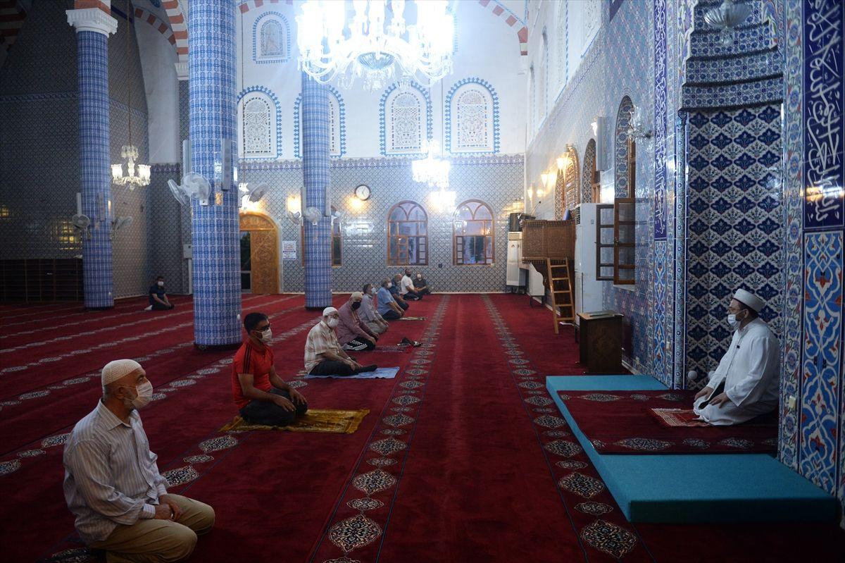 Camilerde cemaatle ilk sabah namazı kılındı - Sayfa 1