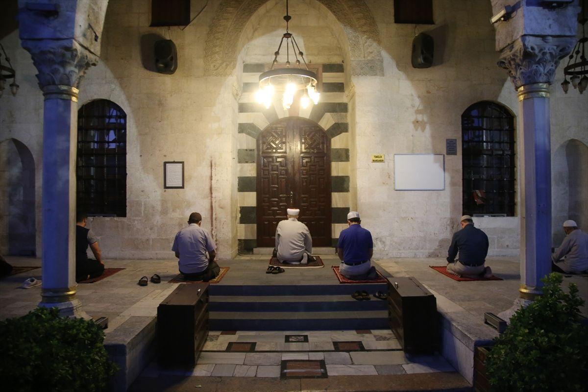Camilerde cemaatle ilk sabah namazı kılındı - Sayfa 4