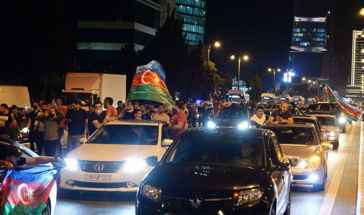 Azerbaycanlılar sokağa döküldü: Bize silah verin - Sayfa 1