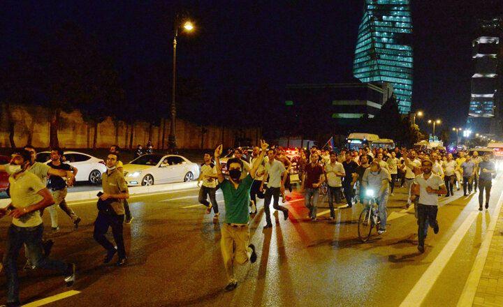 Azerbaycanlılar sokağa döküldü: Bize silah verin - Sayfa 2