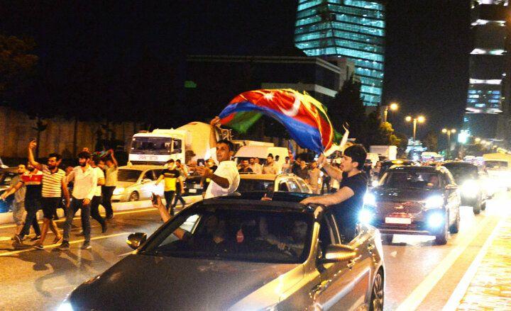 Azerbaycanlılar sokağa döküldü: Bize silah verin - Sayfa 3