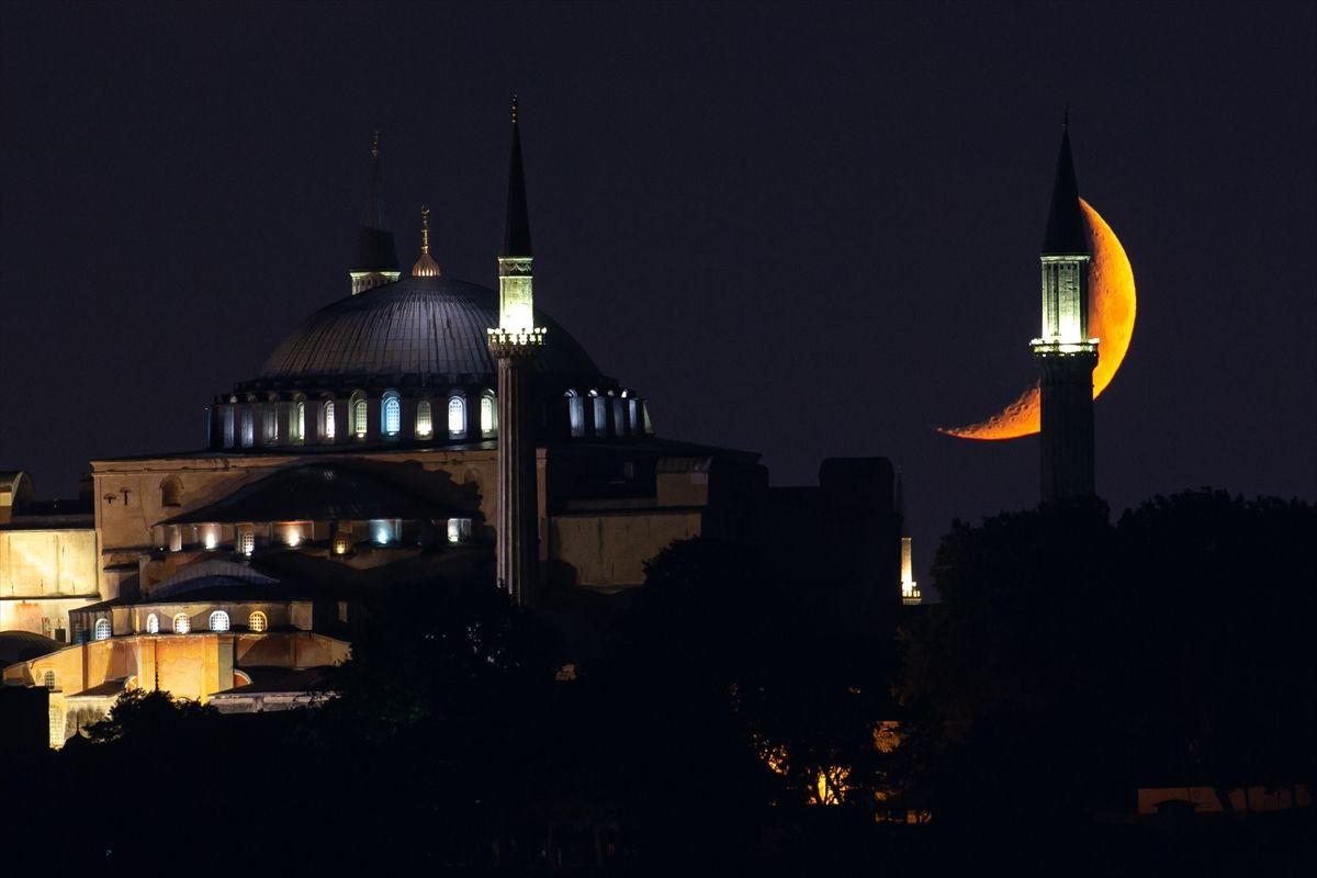 Hilal bu gece Ayasofya Camii için parladı - Sayfa 1