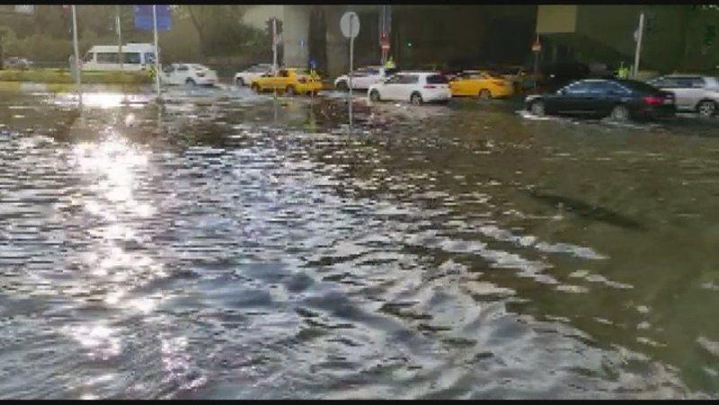 İstanbul'da sağanak yağış yolları göle döndürdü - Sayfa 4