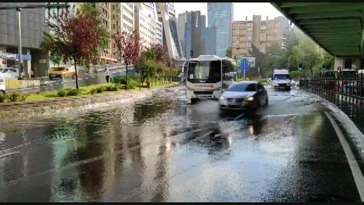İstanbul'da sağanak yağış yolları göle döndürdü - Sayfa 2
