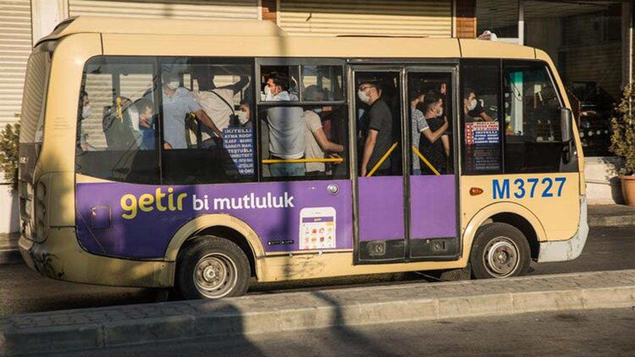 İstanbul'da sosyal mesafesiz ayakta yolculuk