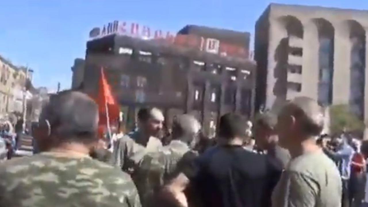 Ermenistan seferberlik ilan etti, herkes askere