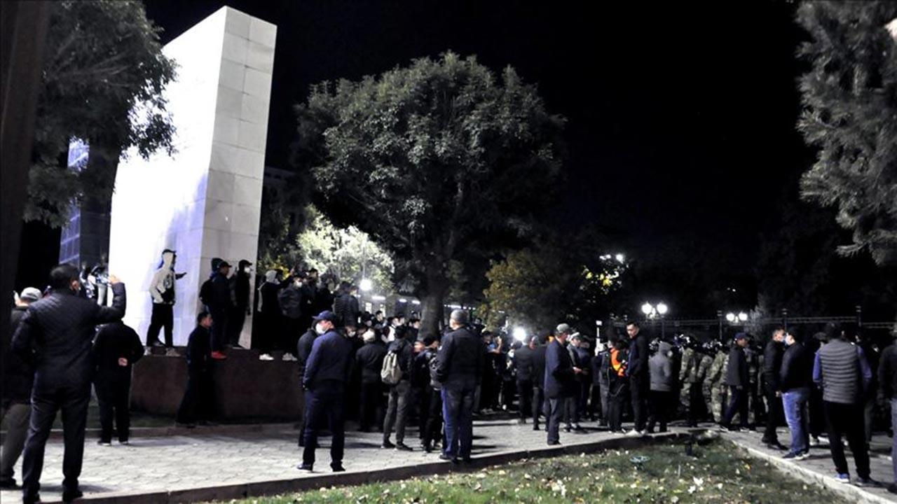 Göstericiler cezaevini bastı Atambayev'i kaçırdı