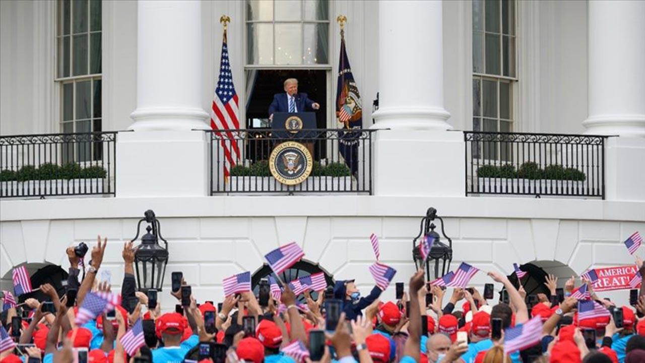 Trump hasta haliyle Beyaz Saray'da miting yaptı