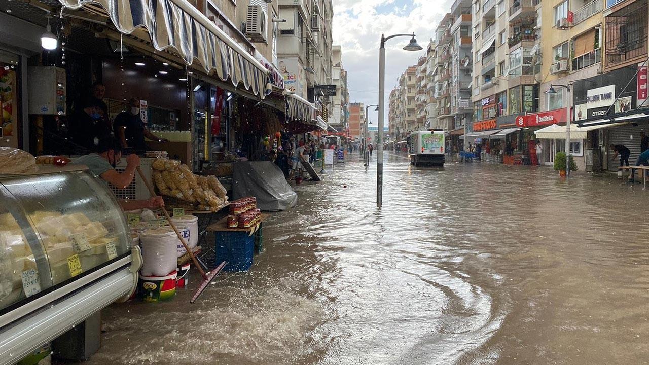 İzmir'de yollar göle döndü