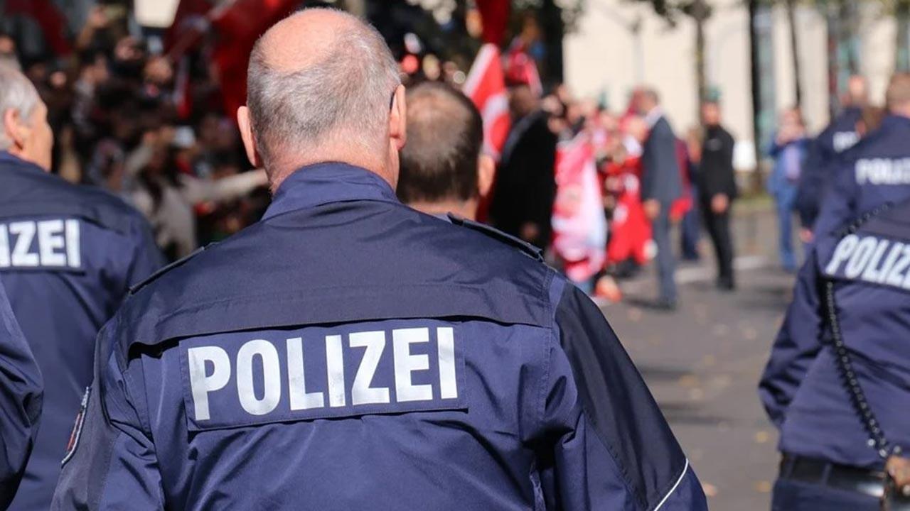 Alman polisi camiye botlarla baskın düzenledi