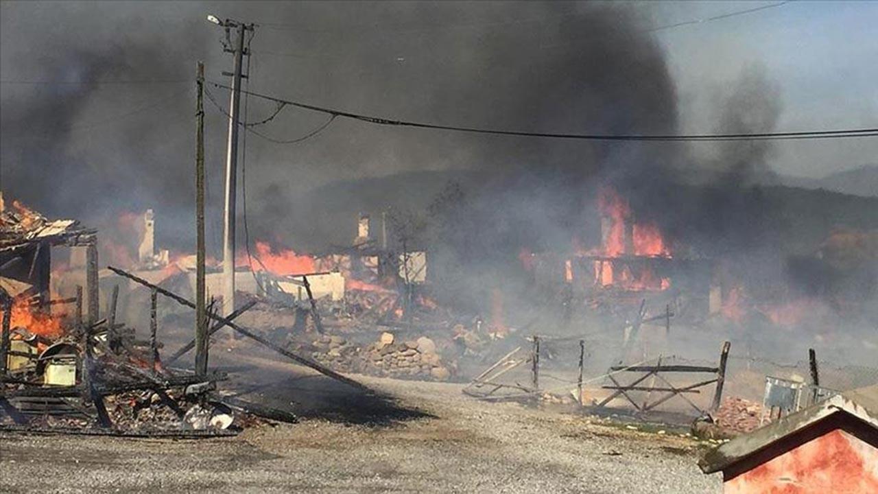 Bolu'daki yangında 11 köy evi kül oldu