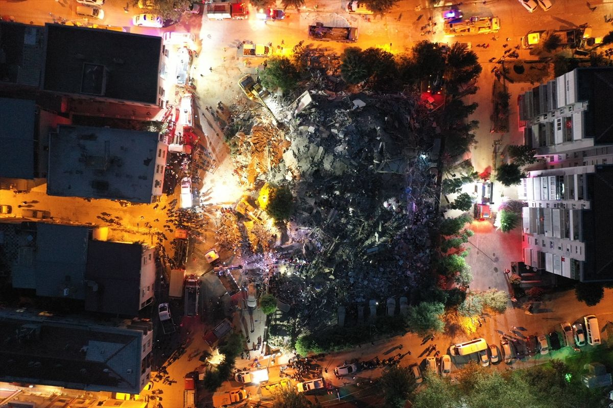 İzmir'de yıkılan binaların enkazından görüntüler - Sayfa 1