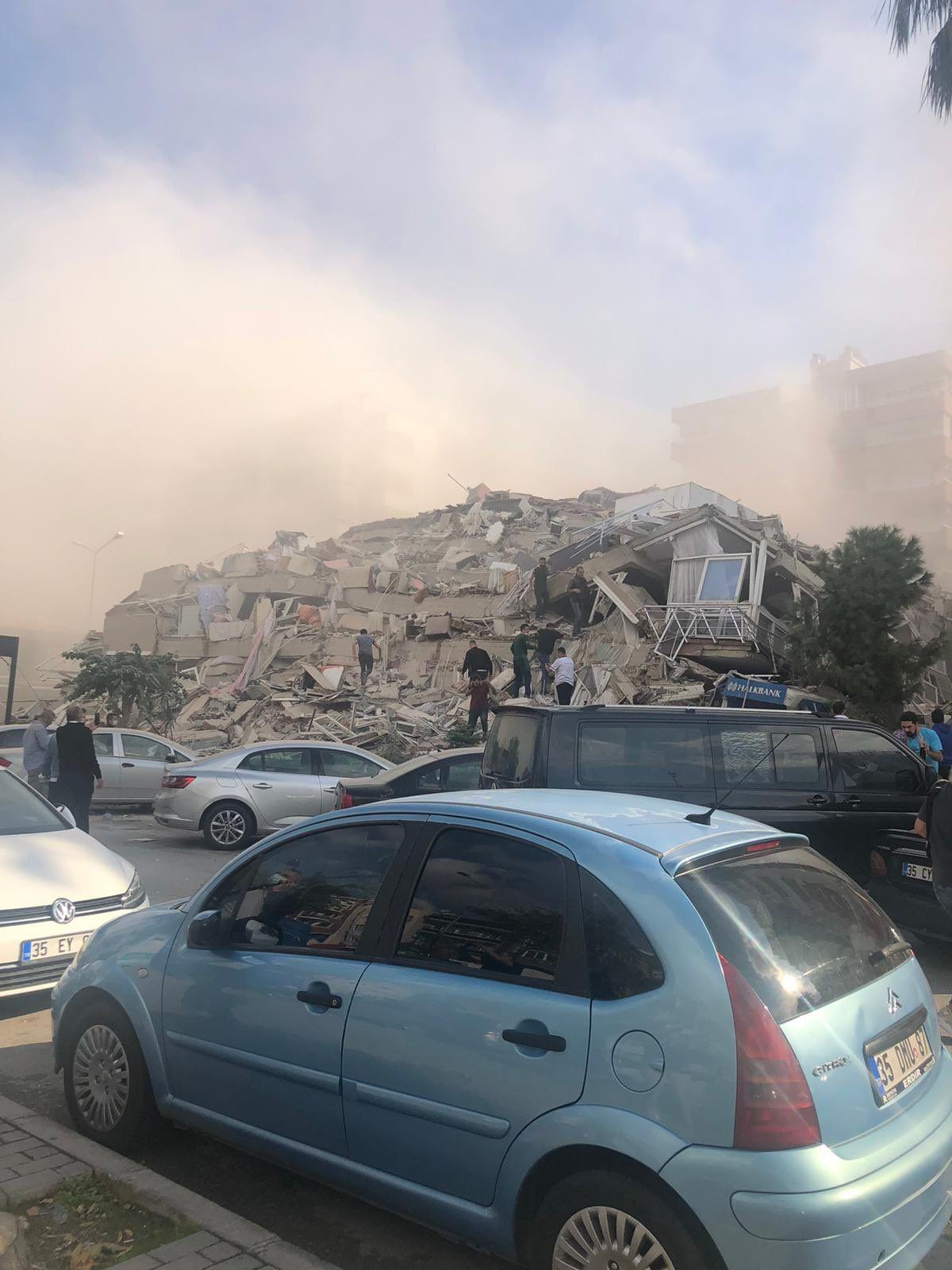 İzmir'de yıkılan binaların görüntüleri - Sayfa 1