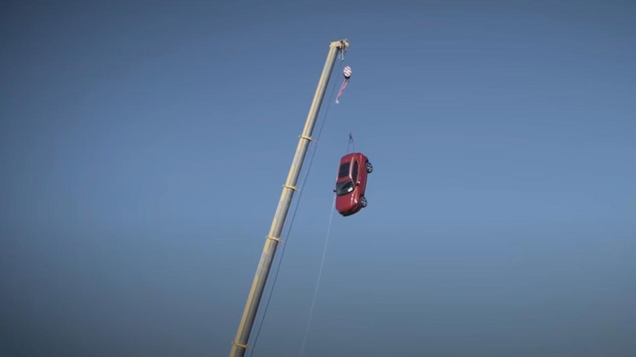 Sıfır model 3 otomobili 30 metreden aşağı attılar