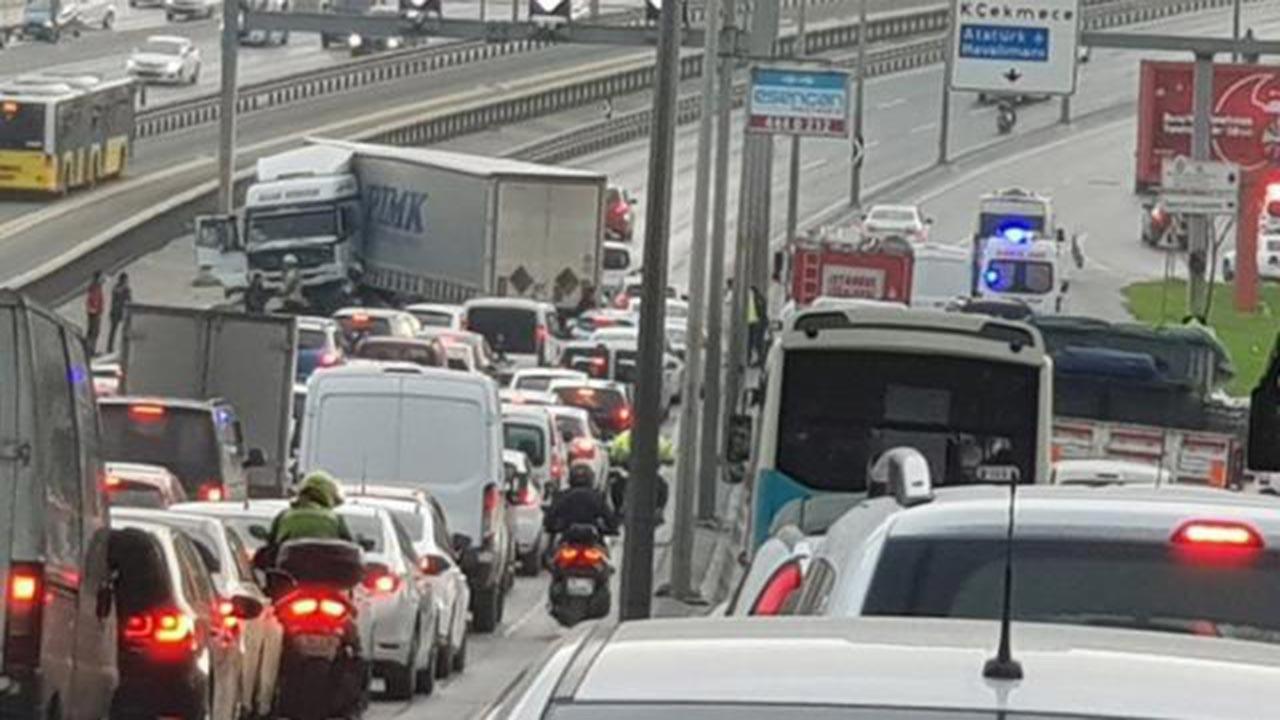 TIR metrobüs yoluna girdi, trafik kilit