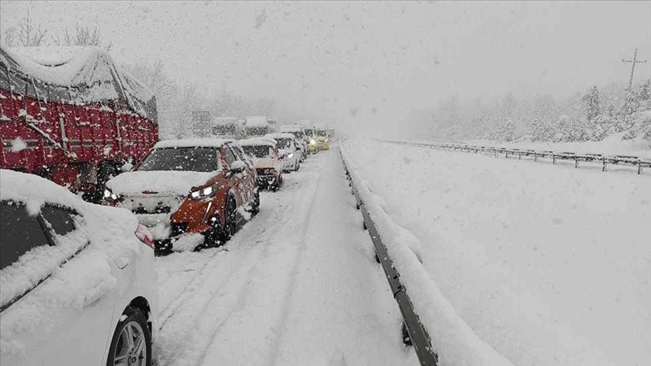 Kar nedeniyle kilometrelerce trafik oluştu