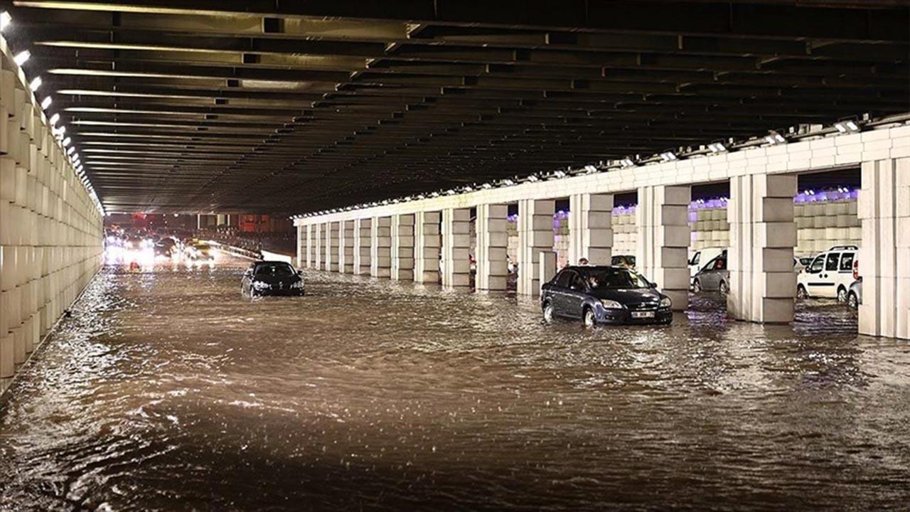 İzmir güne sel felaketiyle uyandı