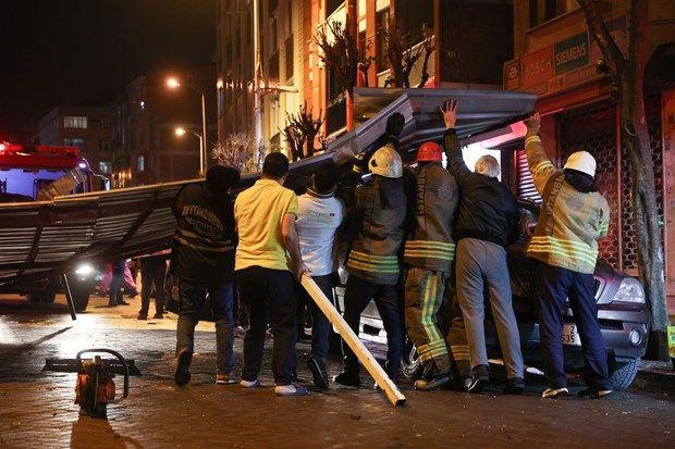 İstanbul'da çatılar uçtu, araçlar parçlanadı - Sayfa 1