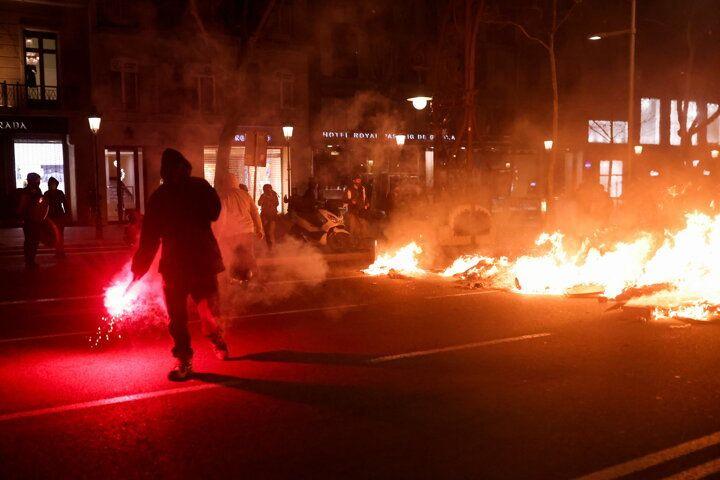 İspanya sokaklarını ateşe verdiler - Sayfa 1
