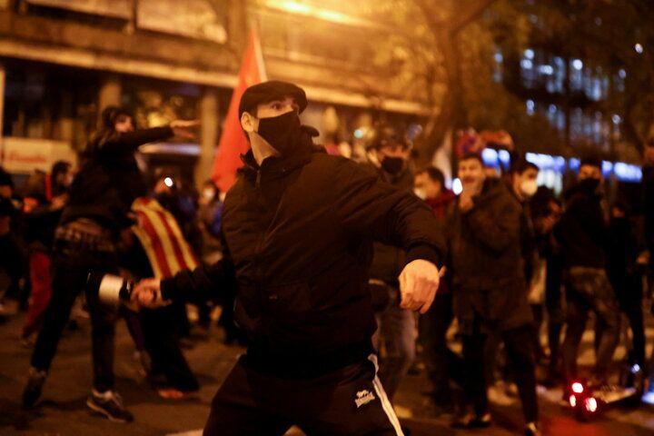 İspanya sokaklarını ateşe verdiler - Sayfa 4