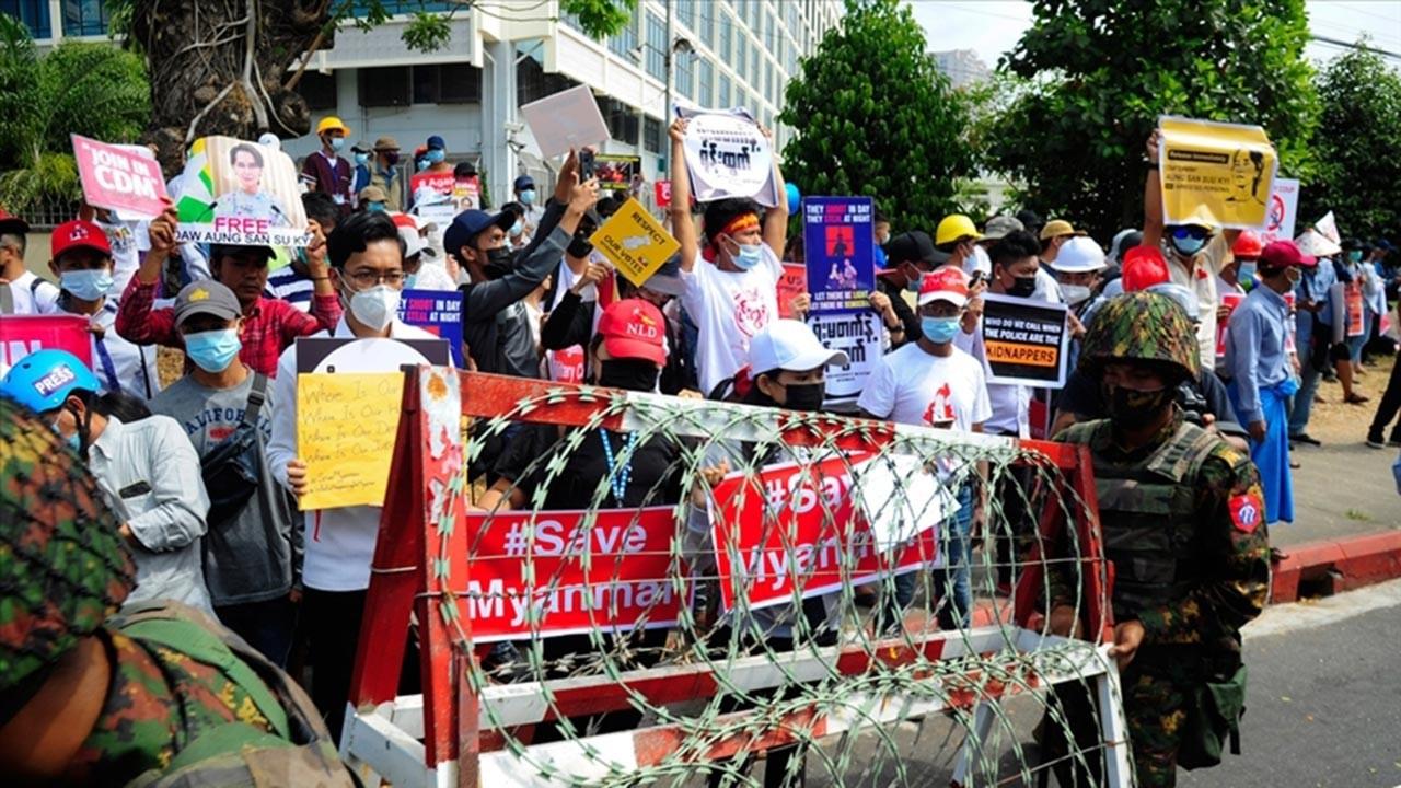 Myanmar'daki darbe karşıtları yolları kapattı