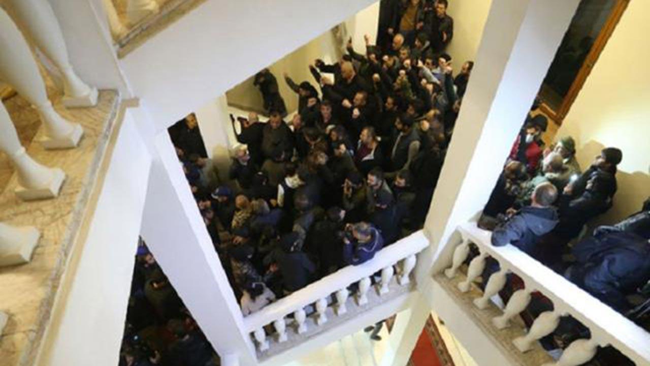 Ermenistan'da darbe yanlıları başbakanlığı bastı