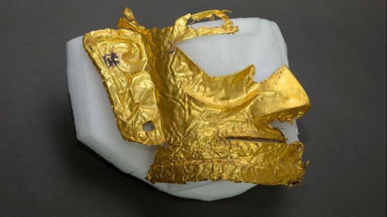 Binlerce yıllık altın maske bulundu